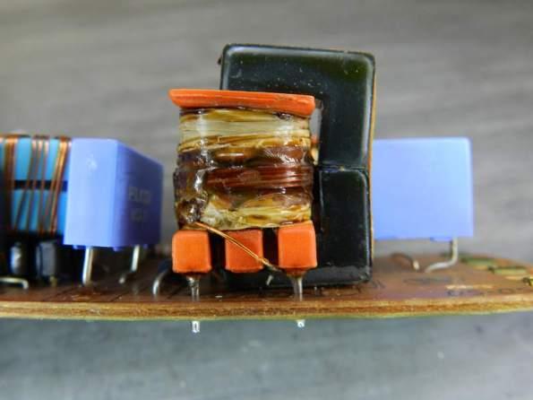 Figura 67 – Detalhe da bobina da lâmpada de cátodo frio em reator Philips, com enrolamento queimado.