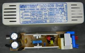 Figura 74 – Reator em caixa plástica, onde os furos de ventilação no lado direito tem rebarbas, obstruindo a passagem de ar.