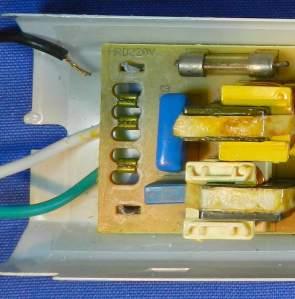 Figura 75 – Cabo solto, de entrada de rede elétrica de reator Helfont, onde é possível notar que o cabo está mal fixado, não rompido.