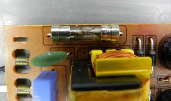 Figura 81 – Fusível de vidro, tamanho 20AG, queimado, instalado em reator eletrônico.
