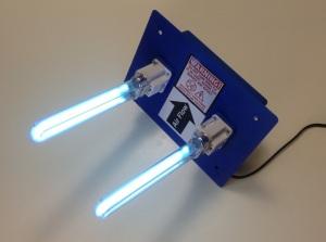 Figura 89 – Módulo de esterilização de dutos de ar condicionado, com duas lâmpadas germicidas UV. Pode ser vista a perigosa descarga de plasma das lâmpadas. Fonte: [26]