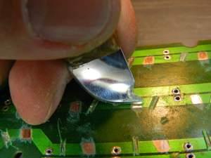 Figura 14 – Forma de raspar o verniz das trilhas, para soldagem dos resistores.