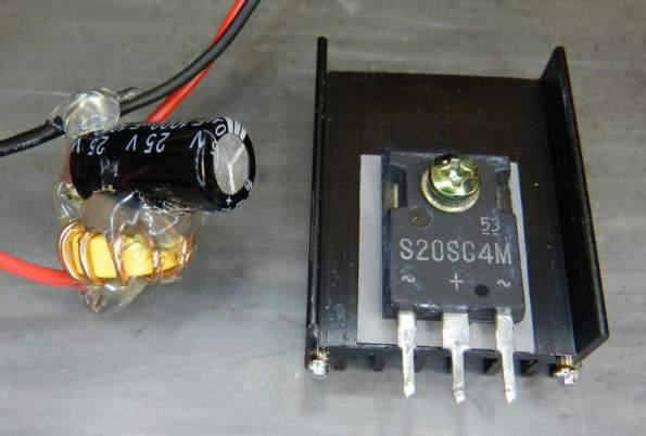 Figura 12 – Diodo substituto já montado e filtro adicional para a ventoinha.