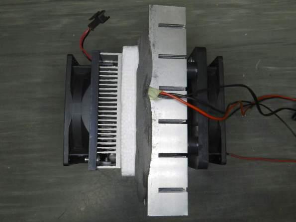 Figura 15 – Bloco de refrigeração. Acoplado ao dissipador maior, há uma junta de vedação, em cinza.