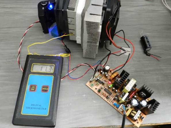 Figura 8 – Sistema de resfriamento de adega eletrônica. À esquerda, o painel interno, com sensor e LED azul. O termômetro indica funcionamento normal.