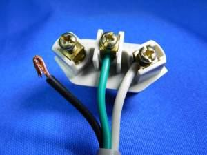 Figura 8 – Colocação dos fios no receptáculo do plugue.