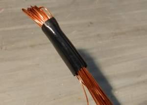 Figura 38 – Colocação de um espaguete curto em cada extremidade do fio a ser enrolado, para auxiliar na passagem pelo núcleo.