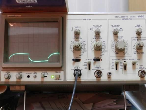 Figura 108 – Alteração da tensão sobre a carga, com cabos finos na fonte de PC e capacitor de 470uF em paralelo com a carga, frequência de teste 40Hz.