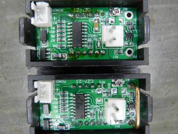 Figura 11 – Amperímetros de 50A e 10A. O shunt é o fio grosso, à direita, embaixo, e corresponde ao modelo de 10A.