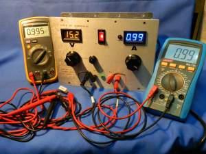 Figura 12 – Teste de corrente a 0,99A, com os 2 multímetros, mais o módulo amperímetro da fonte, ligados em série com a carga. Todos estão iguais.