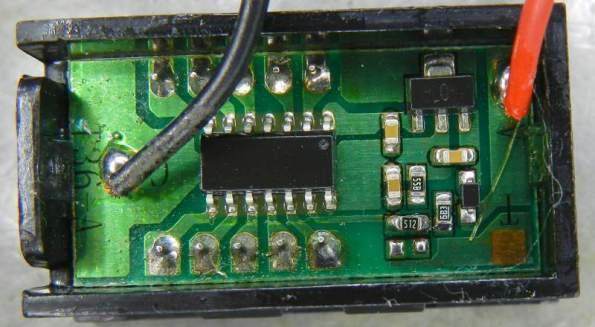 Figura 18 – Vista da placa do mini voltímetro original, com dois fios. A tensão de alimentação é a que é medida. O resistor de 5K1 (512) está montado sobre outro, de 2K4 (242).