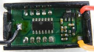 Figura 19 – Vista da placa do mini voltímetro modificado, pode-se notar a mudança de posição do resistor de 68K e a inclusão do fio laranja, que agora é a entrada para medição.