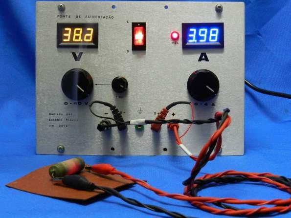 Figura 23 – Fonte sob carga máxima. Notar o aquecimento do resistor de 10 ohm, que está vermelho e soltando fumaça.
