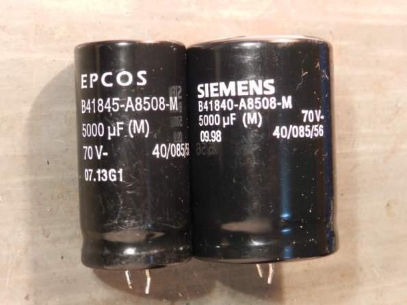Figura 25 – Capacitores eletrolíticos de mesmo valor, mesmo modelo e mesmo fabricante, produzidos com 15 anos de diferença.
