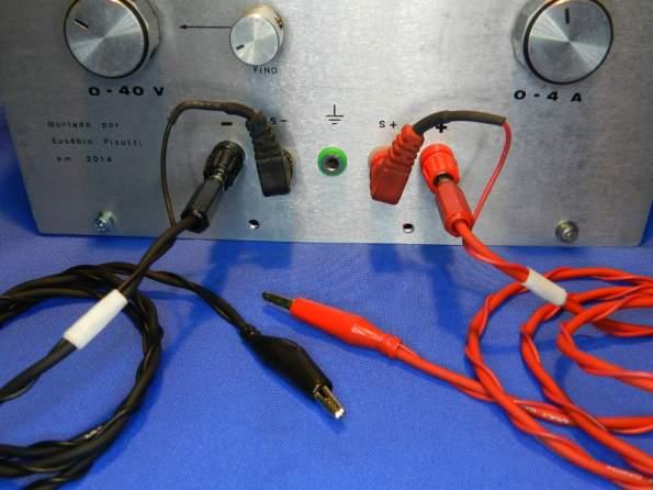 Figura 36 – Cabos compensados, ligados na fonte com os terminais sensores (Us). Cada pólo tem as ligações U e Us unidas somente na garra jacaré.