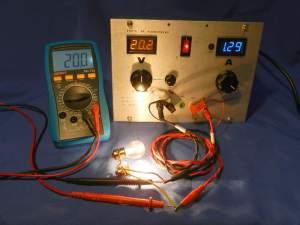 Figura 38 – Fonte ajustada para 20V, corrente máxima, com carga. Observar a diferença entre as tensões, na fonte e no multímetro.