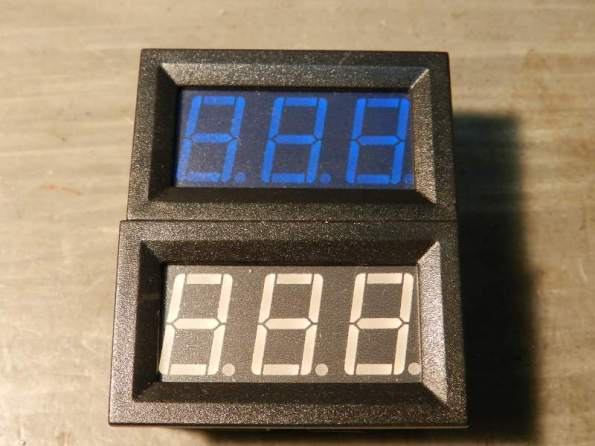 Figura 4 – Dois amperímetros, um deles com a película azul.