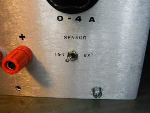Figura 40A - Chave incluída no painel, para permitir o uso de cabos comuns. As letras entortaram por causa do verniz anterior, que dissolveu quando foi aplicada a nova camada.