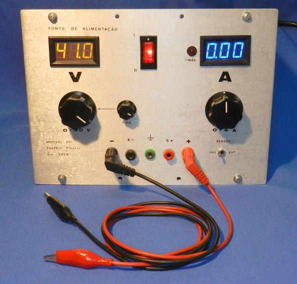 Figura 40C - Fonte com a chave embutida e com cabos comuns para ligação (cabo Minipa MTL-23).