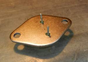 Figura 43 - Transistor TO-3 visto por baixo. O coletor é a parte metálica (carcaça).