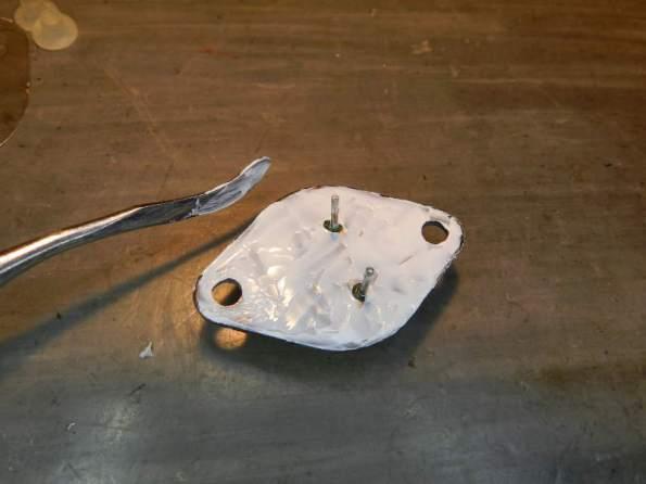 Figura 45 - Pasta térmica depositada sobre a carcaça.