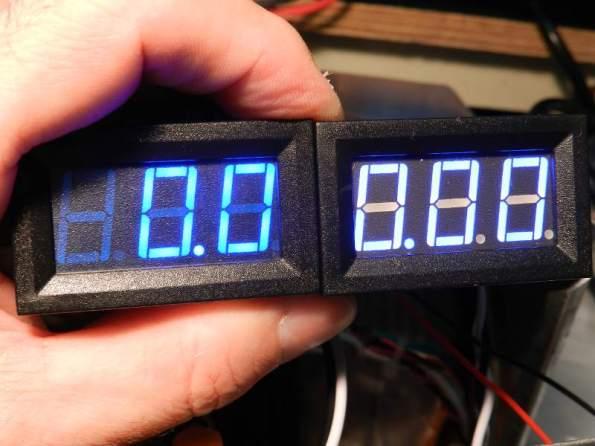 Figura 5 – Comparação dos dois amperímetros, ligados na mesma alimentação. O medidor da direita não tem o filme colorido e está indicando 0.00, mas quase não se percebe.