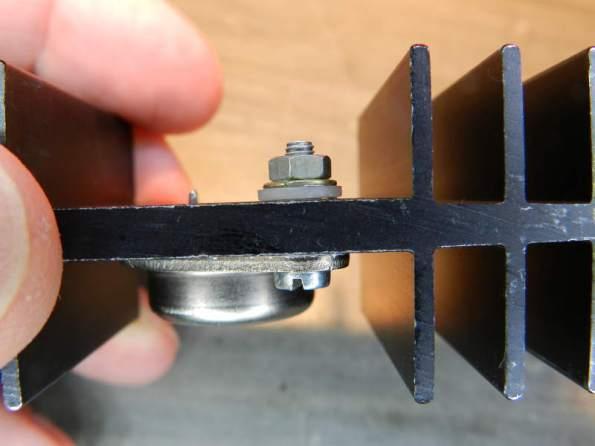 Figura 50 – Parafuso montado no transistor TO-3, sem ligação de coletor. A porca é zincada.