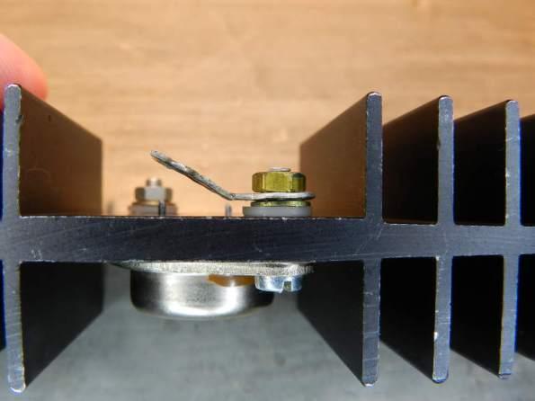 Figura 51 - Parafuso montado no transistor TO-3, com ligação de coletor. A porca é de latão, para melhorar a condutividade e evitar oxidação.