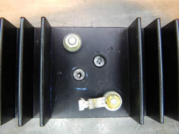 Figura 52 - Fixação do transistor TO-3 no dissipador, antes do aperto dos parafusos.