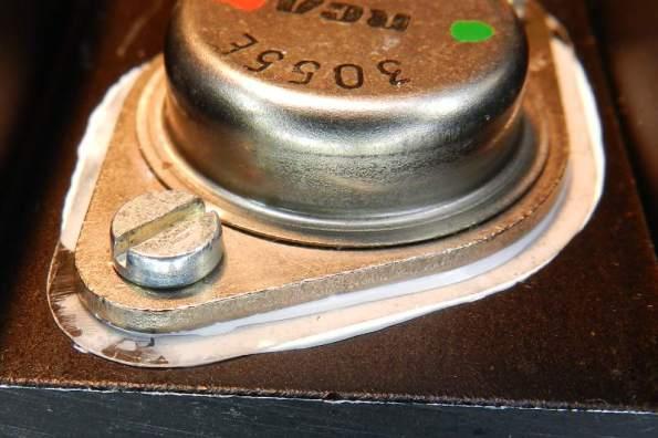 Figura 55 - Vazamento final de pasta térmica, junto ao transistor e ao dissipador. É preferível que não fiquem sobras excessivas, pois a pasta é úmida e retém partículas.