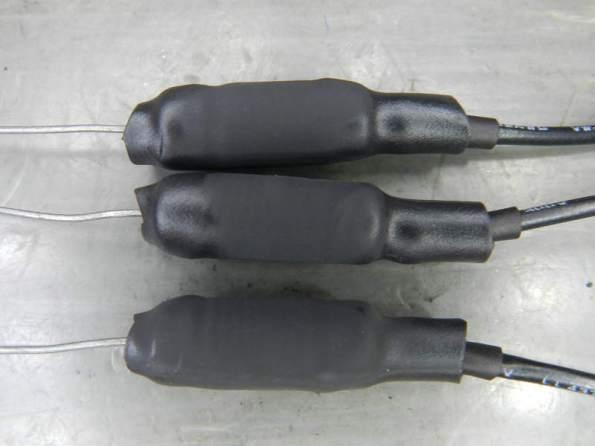Figura 64 – Resistores de emissor com o segundo espaguete termorretrátil, que protege do contato com superfícies condutoras.