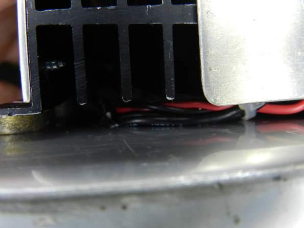 Figura 71 – Passagem dos fios por debaixo dos dissipadores.