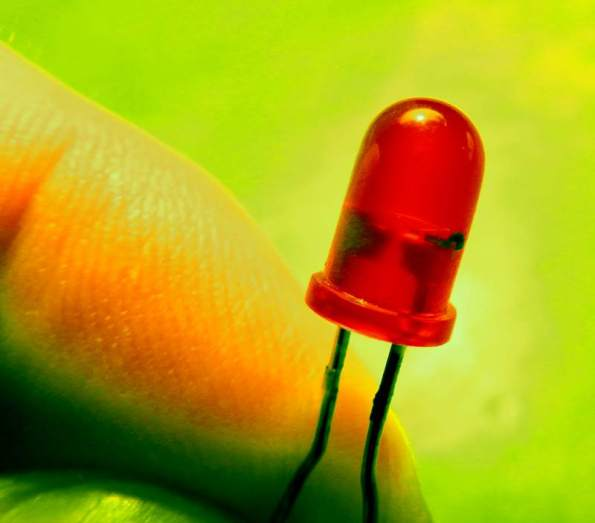 Figura 8 - LED pisca-pisca, com oscilador embutido (área preta, à direita).