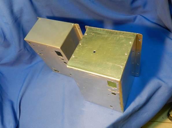 Figura 83 – Diferença entre os gabinetes. O da esquerda é de alumínio anodizado incolor.