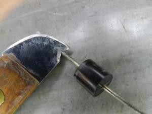 Figura 89 – Limpeza do diodo com ferramenta construída com faca de churrasco.
