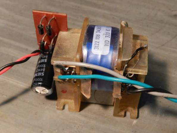 Figura 9 – Transformador e fonte auxiliar, adicionados para isolar a alimentação do amperímetro.