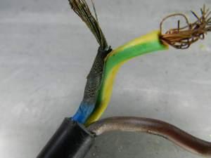 Figura 13 – Aparência do cabo. Observar o cabo azul, quase em curto-circuito com o terra.