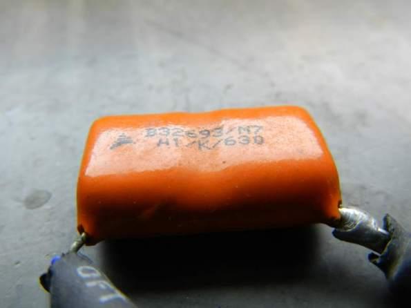 Figura 13 – Capacitor de alta tensão, notar a valeta no meio do corpo.