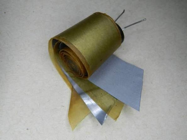 Figura 19 – Capacitor eletrolítico de alumínio desenrolado. Observar a folha interna, mais opaca (tem óxido de alumínio na superfície).