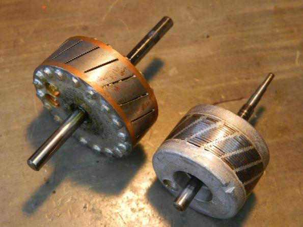 Figura 66 – Rotores de gaiola de esquilo, de motores de indução de polo sombreado. O da esquerda é de motor de 4 polos e o da direita, de 2 polos. Os furos nas peças são feitos durante o balanceamento do eixo, para evitar vibrações.