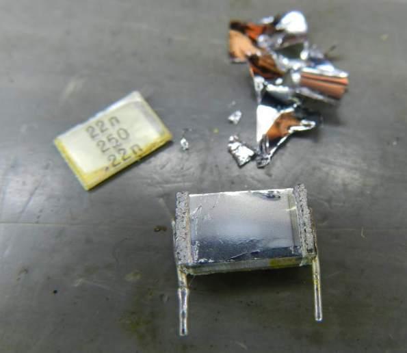 Figura 7 – Capacitor multicamadas de 22nF parcialmente desmontado.