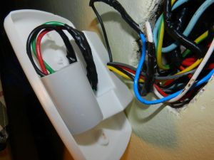 Figura 90 – Capacitor duplo montado no espelho do controle do ventilador de teto.