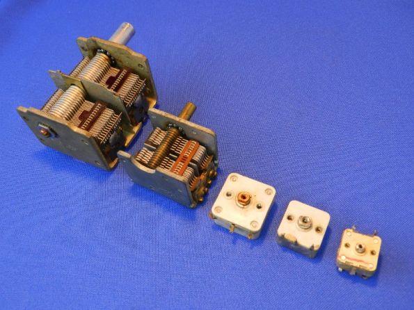 Figura 10 – Miniaturização evolutiva dos capacitores variáveis. Exceto o maior deles, todos os outros tem trimmers incorporados. Nos modelos plásticos, eles ficam do lado oposto ao da fixação (o mesmo dos componentes).