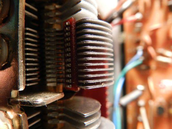 Figura 16 - Placas de capacitor variável com dielétrico de ar, com visíveis marcas de sujeira.