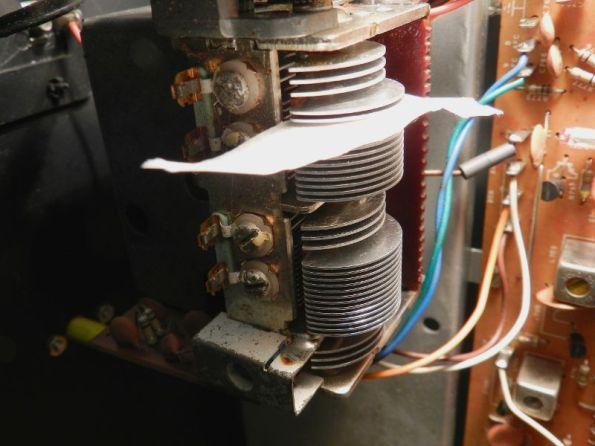 Figura 19 - Modo de passar uma fita crepe entre as placas do capacitor variável.