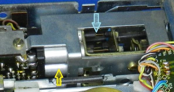 Figura 2 – Sintonizador de rádio automotivo, que utiliza indutores variáveis. No módulo de sintonia, a seta amarela indica as bobinas e a seta azul os núcleos de ferrite, que através de um mecanismo controlado pelo botão de sintonia são inseridos ao mesmo tempo nos indutores.