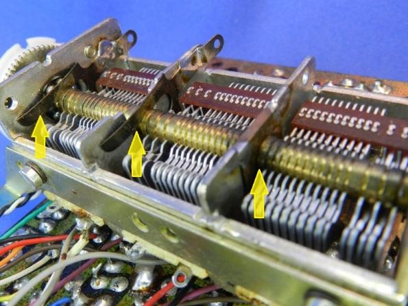 Figura 27 – Setas destacando as molas de latão, que efetivam o contato elétrico entre o eixo e o chassis.