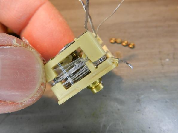 Figura 35 – Separe cuidadosamente as duas partes, cuidando para não mover os 2 pequenos pinos que ancoram as folhas plásticas.