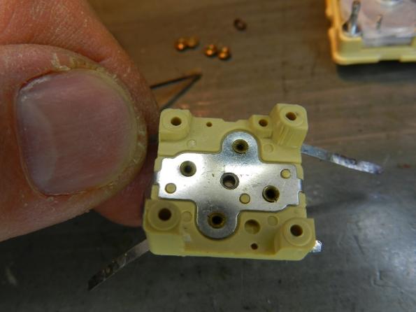 Figura 39 – Detalhe da peça superior, onde se destaca a placa metálica que liga os trimmers ao chassis.
