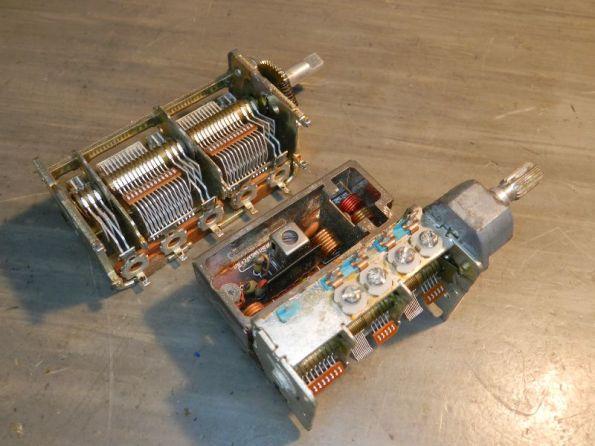 Figura 43 – Modelos de capacitores variáveis com engrenagem de redução. O da direita vem acoplado a uma placa com o estágio inicial de FM, formando um monobloco.